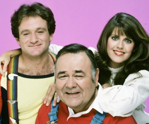 "Jonathan Winters, seated, with Robin Williams and Pam Dawber on the sitcom ""Mork & Mindy"""